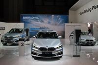 BMWのブース内には、プラグインハイブリッドモデル(写真)や電気自動車も並べられた。