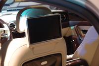 写真は、後席の住人を楽しませるための大型モニター。前席の背面に設けられる。
