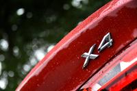 """「X6」の""""スポーツ・アクティビティー・クーペ""""なるコンセプトを、より小さなサイズで具現した「X4」。2リッター直4ターボエンジンを搭載する「X4 xDrive 28i」と、3リッター直6ターボの「X4 xDrive 35i」がラインナップされる。"""