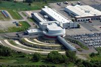 2000年に開設された、ボルボ・セーフティーセンター。施設内ではスーパーコンピューターによる事故のシミュレーションや衝突実験などが行われている。なお、本文中に出てくる「リアルデータ」とは、ボルボの事故調査隊が調べた実際の事故のデータのこと。ボルボでは1970年以来、ボルボ車がかかわった事故について調査チームを派遣し、独自にデータを収集している。
