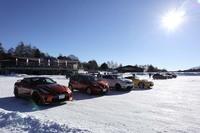 氷上のハンドリングコース走行用に用意された4台。写真手前から「GT-Rプレミアムエディション」「ノートe-POWER X」「ジュークNISMO RS」「フェアレディZバージョンST」。