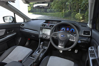 「ハイブリッド2.0i-S EyeSight」のインテリア。ダッシュボードの青い加飾パネルや、ブルー照明のメーターなどがハイブリッド車の特徴となっている。