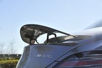 リトラクタブルリアスポイラーは、速度が120km/h以上になると自動的に立ち上がり、80km/h以下になると自動で収納される。