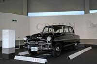 「トヨダAA型乗用車」に始まる実車展示は1951年「トヨペットSA」、53年「トヨペット・スーパー」、そして55年に登場した初代「トヨペット・クラウン(RS)」(写真)へと続く。トヨタ車、そして国産乗用車中、もっとも古い歴史を持つクラウンは、トヨタ創立75周年のうち57年を背負ってきた文字通りの看板車種である。