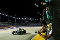 シンガポールで苦戦が予想されたメルセデス勢。ポイントリーダーとしてマリーナベイにやってきたルイス・ハミルトン(写真)は、ポールシッターのベッテルに0.635秒も離されて予選5番手に沈んだ。しかしレースでは一転、スタートでフェラーリ2台とレッドブルのマックス・フェルスタッペンがリタイアしたことでトップの座が転がり込むと、難しいコンディションの中で落ち着いた走りを披露。3度のセーフティーカーでリードタイムが帳消しになるも、その都度後続を突き放し、今季7勝目を挙げた。今回無得点のベッテルとのポイント差は28点に拡大した。(Photo=Mercedes)
