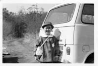 女房の実家の写真箱から。幼稚園入園とともにやってきたという2代目「スバル・サンバー」(1967年)。