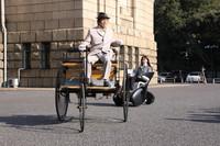 朝一番に披露された世界初のガソリンエンジン搭載自動車である「1886年ベンツ・パテント・モトールヴァーゲン」と「i-REAL」のランデブー走行。