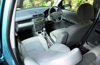 前席で1358mm、後席で1348mmのショルダースペースは、クラストップレベルと謳われる。前席は、シート幅が38mm拡大された。運転席には、ラチェット式のハイトコントロールがつく。