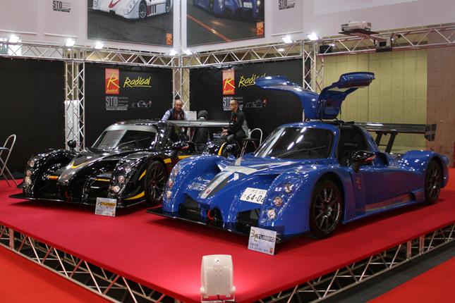 ラディカルの展示ブース。写真左から「ラディカルRXCターボSTO」「ラディカルRXCターボ」。