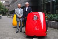 今回の商品開発は、光岡自動車の光岡会長(写真右)の呼びかけに、かねてからEVに夢を抱いていたというユアサM&Bの松田憲二社長(写真左)が即応して実現した。七夕の会見で松田社長は、「きれいな空気、星空、青空を取り戻したいもの。来月には大いに飾り立てた『雷駆-T3』で大阪の御堂筋を走り、その存在をアピールするつもりです」。 (「ミツオカ雷駆-T3」のさらに詳しい写真はこちらから)