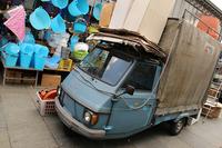 【写真1】トリノのメルカート(市場)における商品運搬用「アペ」。かつて生産されていた「アペカー」という幅広モデルである。