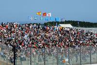 ドライバーや海外メディアから「いつも熱く応援してくれる」といわれる日本のF1ファン。ここには、強過ぎるからという理由でベッテルにブーイングを浴びせるやからはいない。1987年の初開催から、25回目を迎えた鈴鹿でのF1。ちゃんとこの国に定着していると思わせるシーンだ。(Photo=Red Bull Racing)