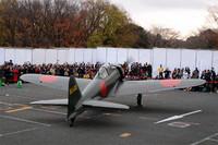 両翼の先端までの長さは11mで、全長は9.1m。この日、大空を舞うことはなかったものの、最高速度は564.9km/h, 航続可能距離は1920kmをマークする。  →ゼロ戦およびエンジン始動イベントのその他写真はこちら