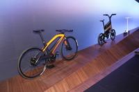 プジョーの自転車。左から「eDL132」、「eDL122」(電動アシスト式)、そして電動キックボード。