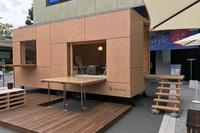 スノーピークが提案するトレーラーハウス「住箱」。建築家の隈 研吾さんとのコラボ商品で、素材には鉄骨とヒノキ合板が用いられる。中型車以上でのけん引が可能だが、移動や設置はスノーピークで行うことも可能。本体価格は378万円で、2017年4月末の発売から、すでに十数台が販売されている。