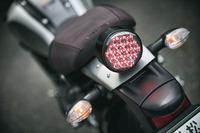 リアは、LEDのブレーキランプが目を引く。バーガンディーのシートも個性的なディテールのひとつ。