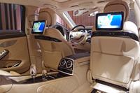 「メルセデス・マイバッハS550」の後席(ファーストクラスパッケージ装着車)。
