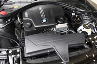 フロントに縦置きされる、2リッター直4ターボエンジン。上位モデルの「528i」にも採用されている。