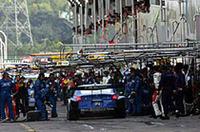 ルーティン・ピットワークをこなすNo.12カルソニックインパルZ。ドライバーのブノワ・トレルイエも、「マシンもピット作業もパーフェクトだった」と絶賛。
