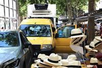 ラスパイユのマルシェで、黄色い「シトロエン・ジャンピー」を発見。もしや……?