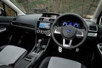 「XVハイブリッド 2.0i-L EyeSight」のインテリア。今回の改良では、サイドエアバッグとカーテンエアバッグが全車標準装備となった。