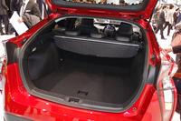 バッテリーの搭載位置が荷室下から後席下へと変わったことにより、荷室の容量は1割以上アップした。