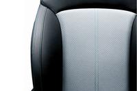 シート表皮にはブルーグリーンステッチを施したウルトラスエードを採用。