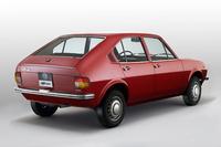 大衆車にコーダトロンカを取り入れた「アルファ・ロメオ アルファスッド」。(1971年)