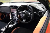 """インテリアでは、トヨタ車では最も直径が小さい362mmのステアリングホイールを新たに採用。「GT""""リミテッド""""」では、各所に「グランリュクス」と呼ばれるバックスキン調素材を用いている。"""