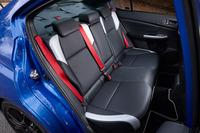フロントシートと同様、ブラックを基調にシルバーのアクセントが施されたリアシート。赤いシートベルトは「NBRチャレンジパッケージ」および「NBRチャレンジパッケージ イエローエディション」のみに採用される。