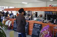 明るく広々した店内。中央の棚はケーブルなど、小物の展示コーナー。その裏がスピーカー&アンプの試聴コーナー。