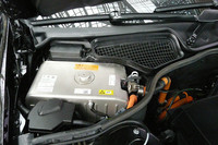 リチウムイオンバッテリーもエンジンルーム内に収まる。表面には「25kg」という重量表示も見える。