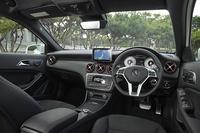 ブラックのレザーDINAMICAシートとカーボン調トリムがスポーティーさを演出するインテリア。エアコンの吹き出し口には赤いリングが備わる。左右独立調整機構付きのエアコンなど、装備は充実。