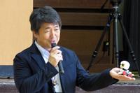 生徒へ向け「キロボ ミニ」との接し方について説明する田中校長。「キロボは皆の友達。優しくしてあげてください」