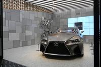 1階の「Garage」に展示されたコンセプトカーの「レクサスLF-CC」。
