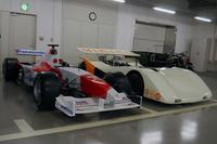 こちらにはモータースポーツ関連の車両の姿が。手前は、本物のF1マシン……ではなくイベントなどに使われていたF1マシンの模型。コックピットに乗り込んで記念撮影ができるよう、ボディーの左側がカットされている。その奥にあるのは1970年の日本グランプリやCAN-AMレースに向けて開発された「トヨタ7」の5リッターターボ車。