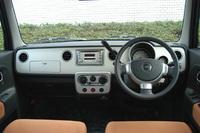 内装色はNAと同じ、暖かみのあるオレンジ「アプリコット」と、深い青「ネイビーブルー」の2種類。ターボはスピードメーター右側に、小さなタコメーターが備わる。