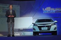 水野氏が登壇すると、一気にストロボがまたたく。「ラクスジェンU6ターボ エコハイパー」の実車も登場。