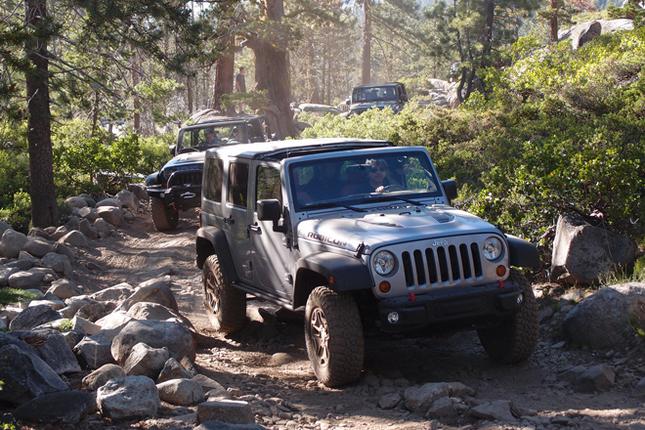 (前編からのつづき)最高難度の山岳路とされる「ルビコン トレイル」を行く、ジープの隊列。ふもとの出発点からおよそ12マイルの距離にある、キャンプ場を目指す。