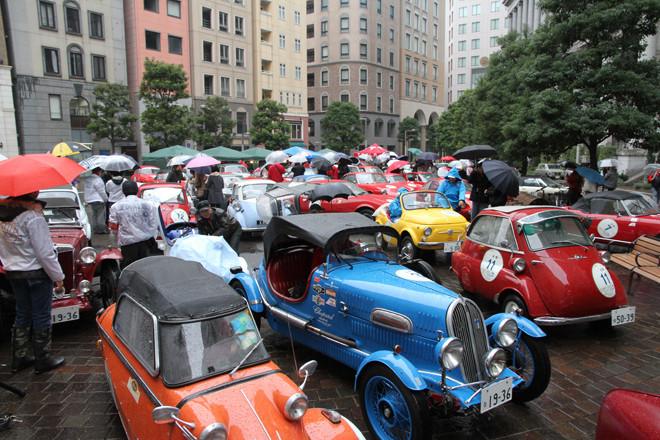 そぼ降る雨のなか、汐留シオサイト5区のイタリア街に集まった68台の参加車両。