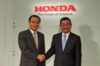 ホンダの新社長に内定した八郷隆弘(はちごう たかひろ)氏(右)と、相談役に就任する伊東孝紳氏(左)。