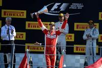 レース後「人生最良の2位」と語ったベッテル(写真手前)。トップのハミルトンにはかなわなかったが、フェラーリドライバーとして初めて迎えたイタリアGPでの表彰台、眼下に広がる赤い波を前にして素直に喜びを表していた。(Photo=Ferrari)