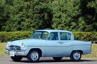 """1955年1月に発売された初代「トヨペット・クラウン」は、海外メーカーのモデルのノックダウン生産が主流だった時代に、トヨタが自主開発した""""純国産""""の乗用車だった。"""