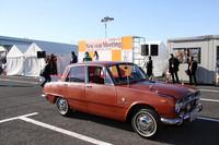 メインイベントであるコンクールデレガンスの授賞式。手前は「カーグラフィック賞」を受賞した66年式「いすゞベレット1500デラックス」。新車時からの「多摩5」のシングルナンバーを付けた、塗装からなにからすべてオリジナルという逸品である。