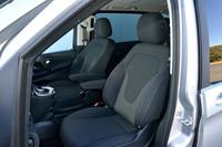 シート表皮は「V220d」と「V220dトレンド」ではファブリック、「V220dアバンギャルド ロング」「V220dアバンギャルド エクストラロング」では本革となる。