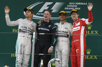 中国GPを制したルイス・ハミルトン(写真右から2番目)、チームメイトのニコ・ロズベルグ(一番左)が2位となり、メルセデスは今年2度目の1-2フィニッシュを達成した。3位はフェラーリのセバスチャン・ベッテル(一番右)。(Photo=Mercedes)