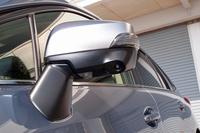 「サイドビューモニター」用のカメラは、助手席側のサイドミラー下端に装着される。ドライバーの死角となる、車両左前方の映像を提供する。