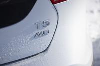 「V40クロスカントリー」の駆動方式は4WD。車名に「T5」と添えられるとおり、直列5気筒のターボエンジンを搭載する。