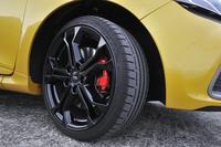 """快適性にも配慮された「シャシー スポール」と、よりハードな走りに対応した「シャシー カップ」(試乗車)の2種のシャシーセッティングが用意される。フロントサスペンション(マクファーソンストラット)には、メインダンパーのハウジング内部に、バンプストップラバーの機能を持つセカンダリーダンパーを組み込むHCC技術を用いた""""ダンパー・イン・ダンパー""""が装着される。"""