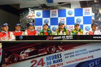 レース後の会見の様子。優勝チームの左には、2位に入った8号車の面々。日本でおなじみのA・ロッテラー(写真左端)、(M・フェスラーを挟んで)B・トレルイエの姿も見える。 (写真=島村元子/photo=Motoko Shimamura)